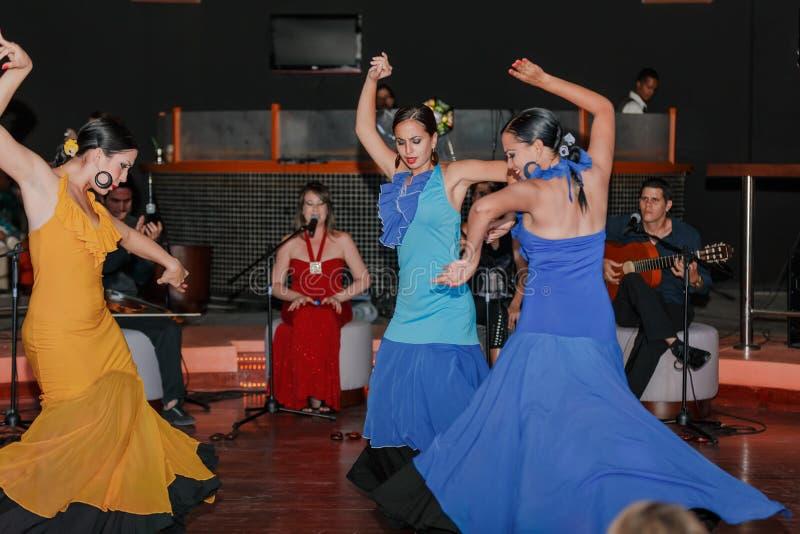 Flamenco stylu taniec wykonujący Kubańskimi pięknymi dziewczynami obrazy stock