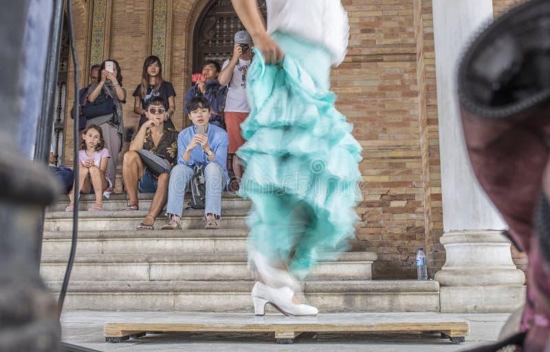 Flamenco tancerza spełnianie przy Placu De españa ganeczkiem, Sevilla, S obrazy royalty free