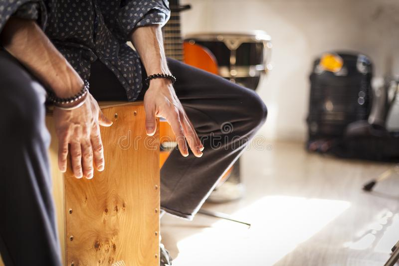 Flamencodrumbox som spelas av percussionisten arkivbild
