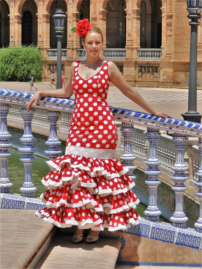 Flamencokostuum het rode typische Spaans royalty-vrije stock afbeeldingen