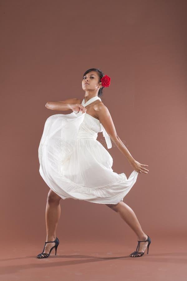 Flamencotänzer im weißen Kleid stockfotos