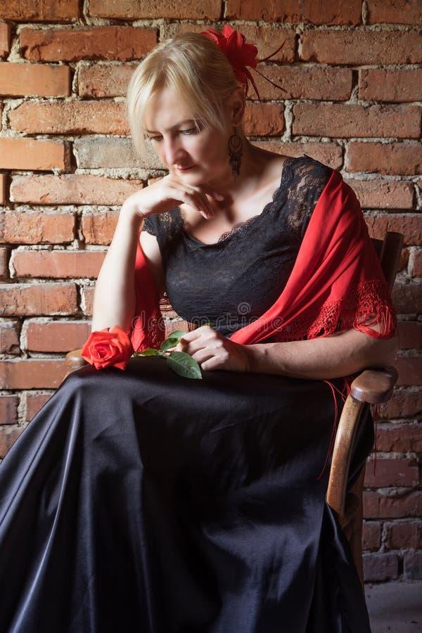 Flamencotänzer sitzt auf einem Stuhl lizenzfreie stockbilder