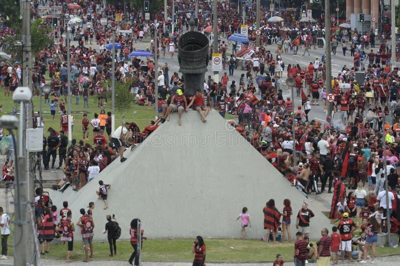 Flamengo-fans som väntar på att ett lag ska anlända till Rio de Janeiro royaltyfria foton