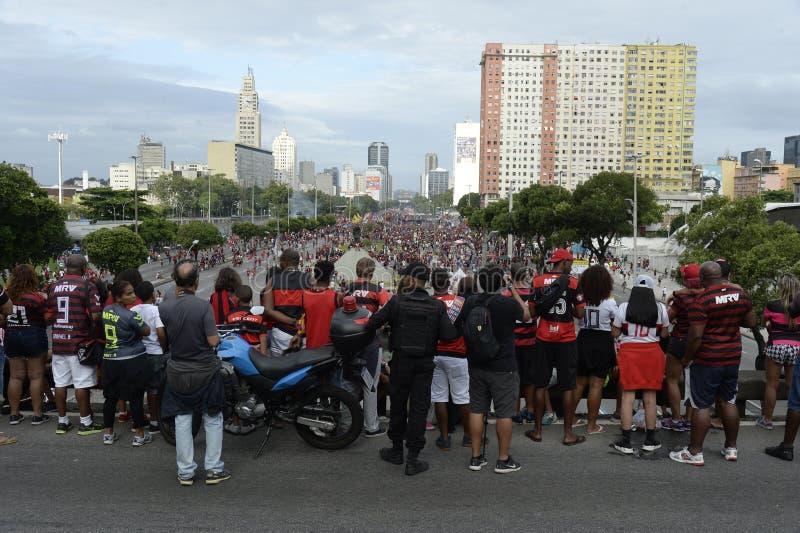 Flamengo-fans som väntar på att ett lag ska anlända till Rio de Janeiro arkivfoto