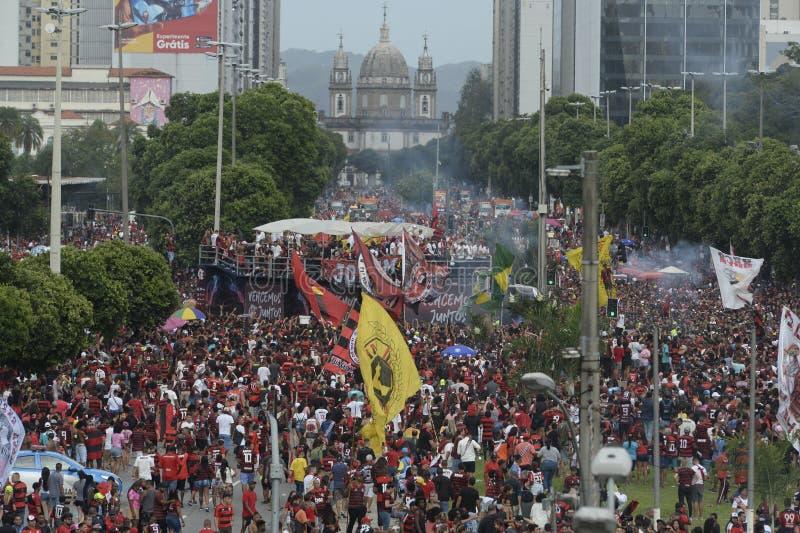Flamengo-fans som väntar på att ett lag ska anlända till Rio de Janeiro royaltyfri fotografi