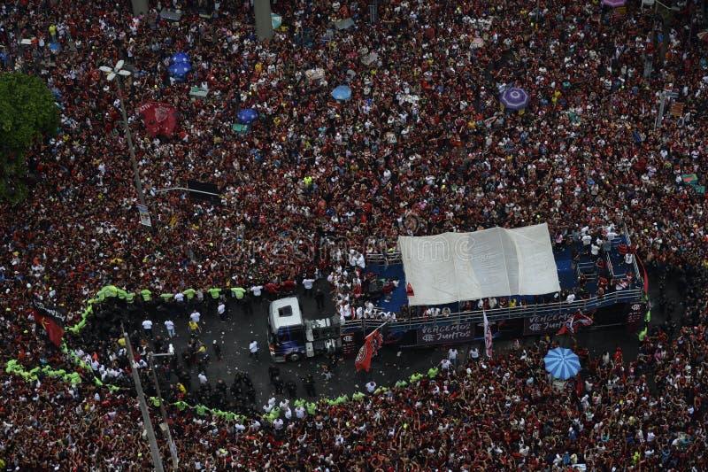 Flamengo-fans som väntar på att ett lag ska anlända till Rio de Janeiro arkivfoton