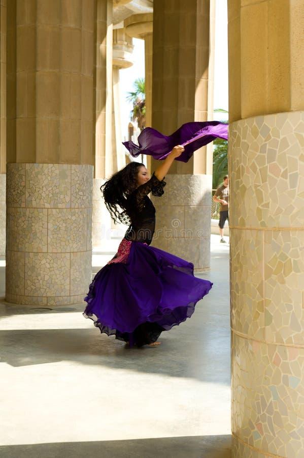 Flamenko Tanz eines Barcelonas Gaudi im Park. lizenzfreie stockbilder
