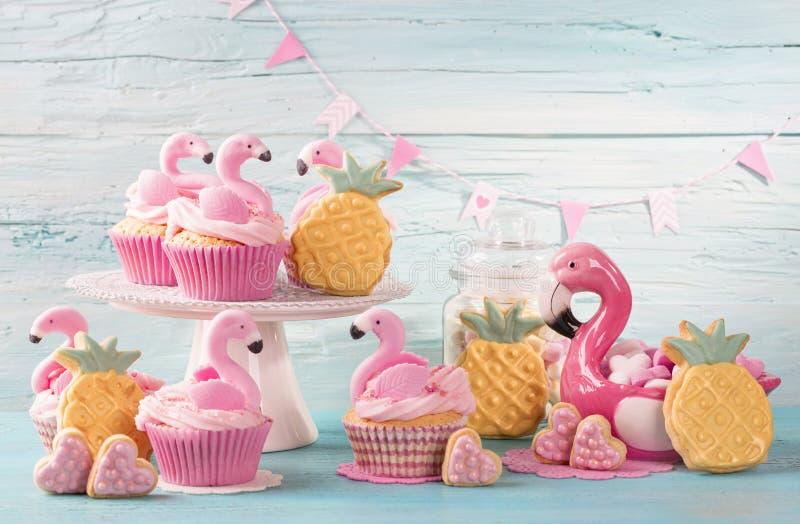 Flamingokoppkakor arkivfoto