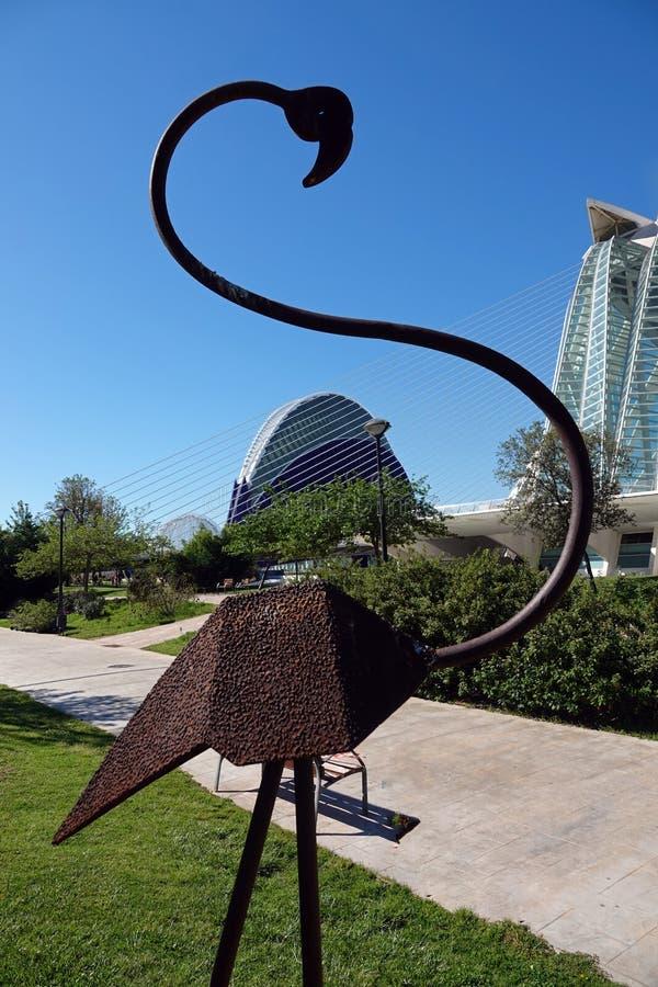 Flamingostandbeeld bij Stad van Kunsten en Wetenschappen in Valencia, Spanje stock fotografie