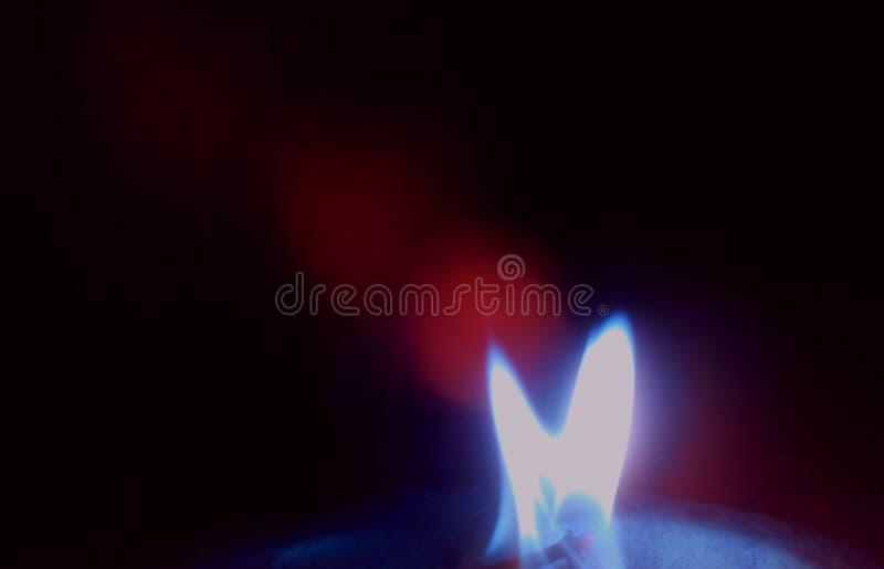 Flamma av brand på en svart bakgrund royaltyfria bilder