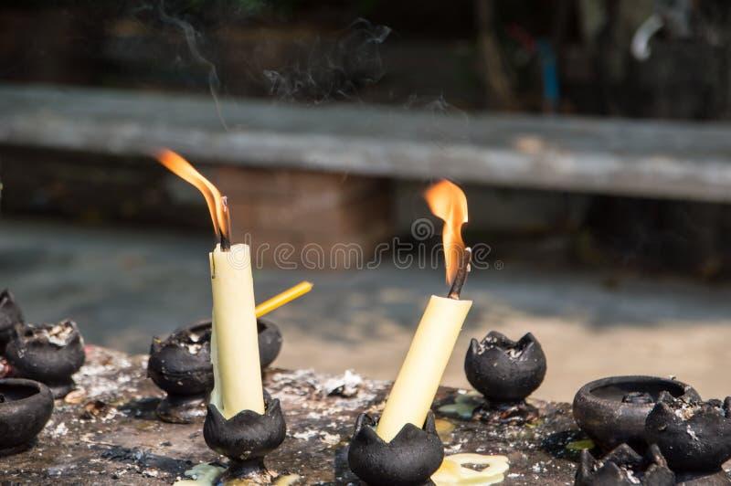 Flamma och r?k fr?n stearinljus royaltyfria bilder