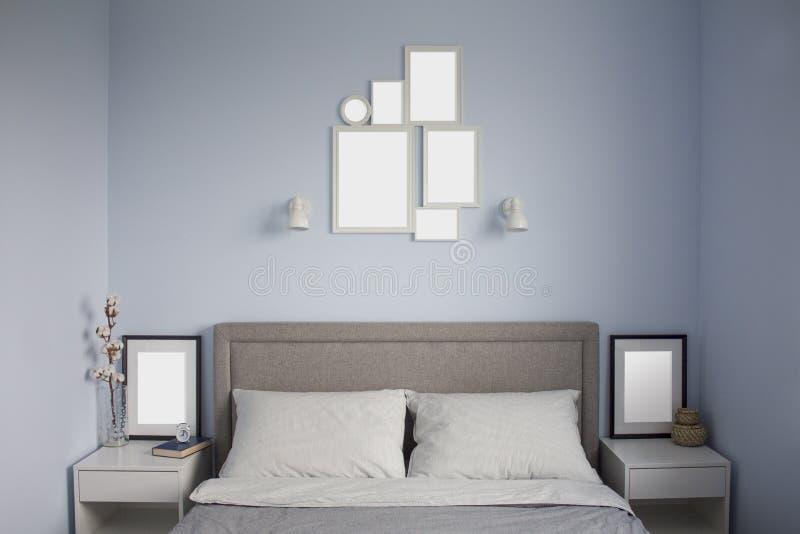 Flammamodell i litet hemtrevligt scandinavian sovrum med blåa väggar inre scandinavian royaltyfria bilder