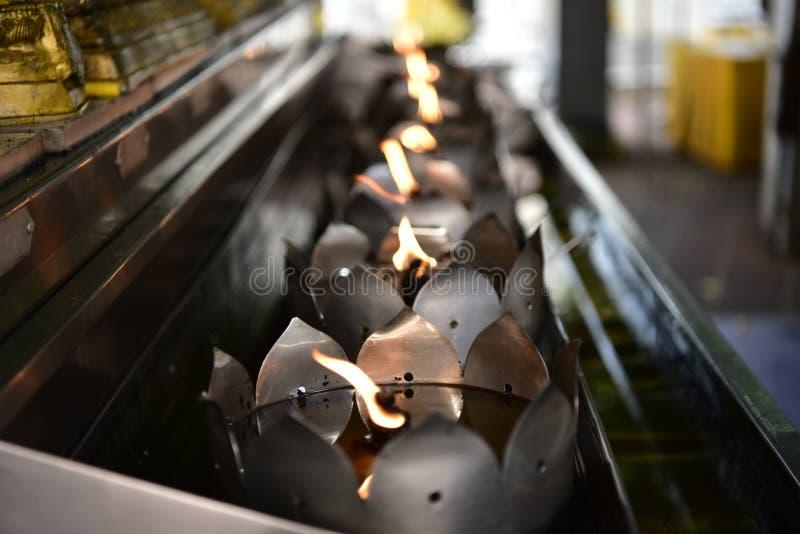 Flamman från många wickings i oljamagasinet tillbads i sakrala ceremonier arkivbild
