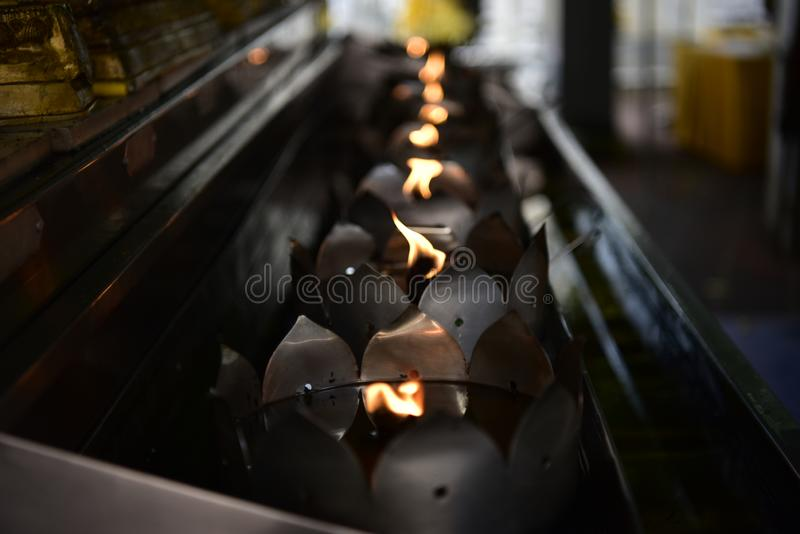 Flamman från många wickings i oljamagasinet tillbads i sakrala ceremonier royaltyfria bilder
