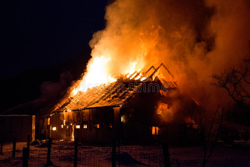 Flammande brand förstörd ladugård royaltyfri foto