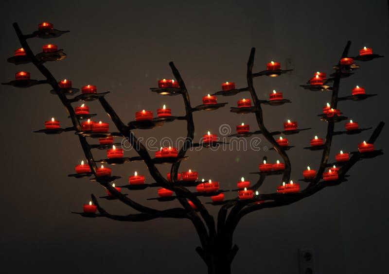 Flammastearinljus i kyrka royaltyfria bilder