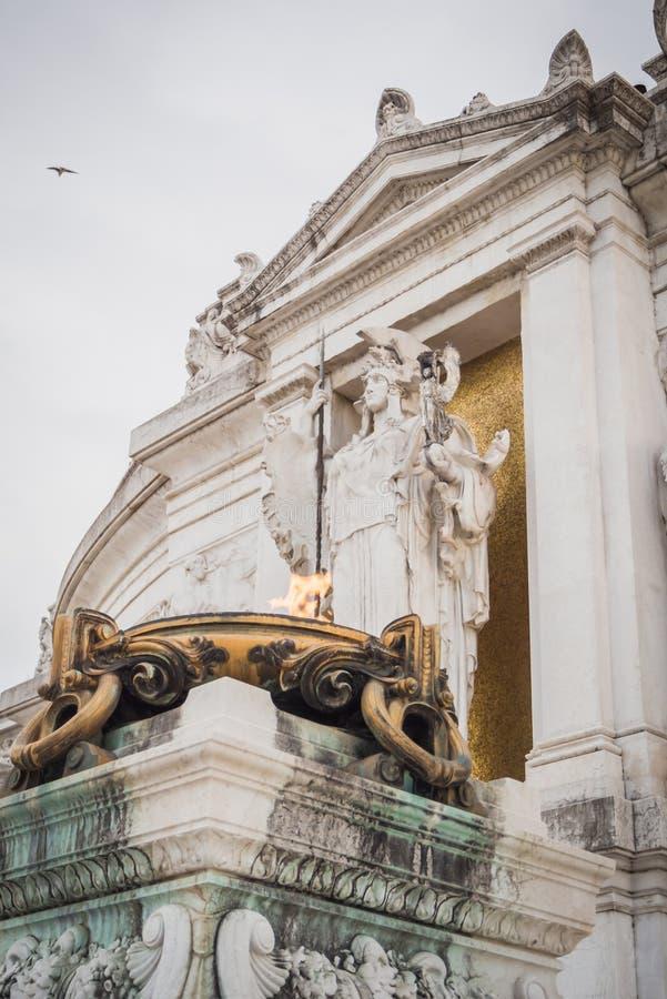 Flamme au pied du monument de Vittorio Emanuele II à Rome photo stock