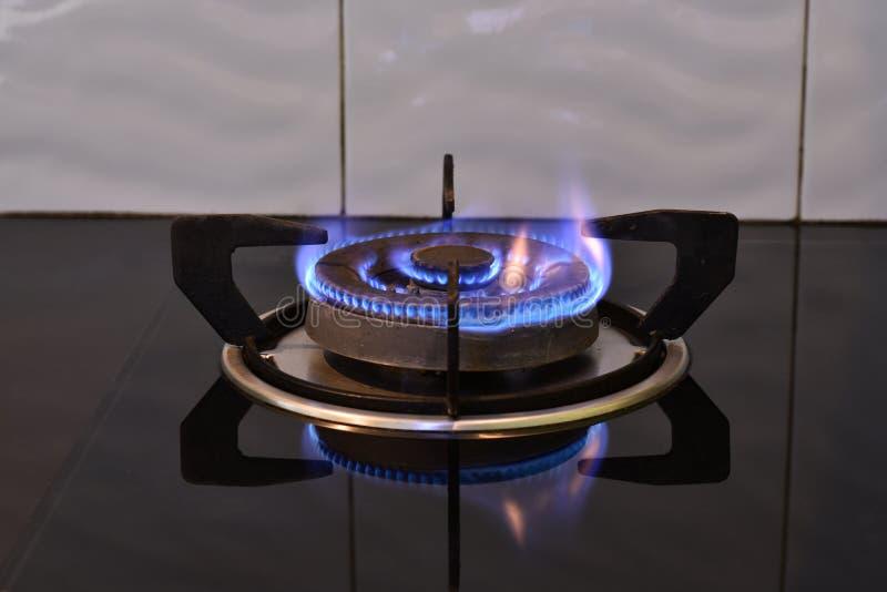 Flamme auf dem Ofen lizenzfreie stockbilder