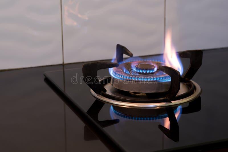 Flamme auf dem Ofen lizenzfreie stockfotografie