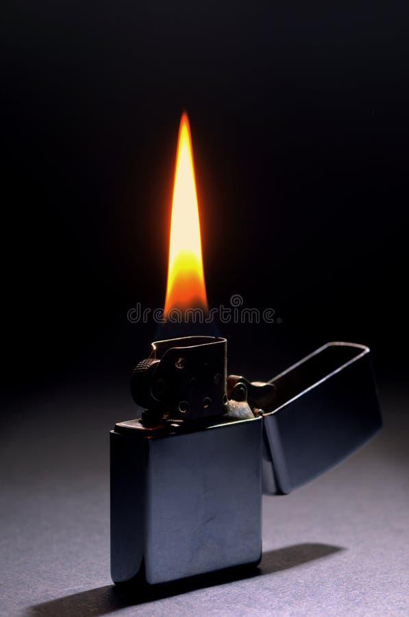 Flamme d'éclairage sur le fond foncé photos libres de droits