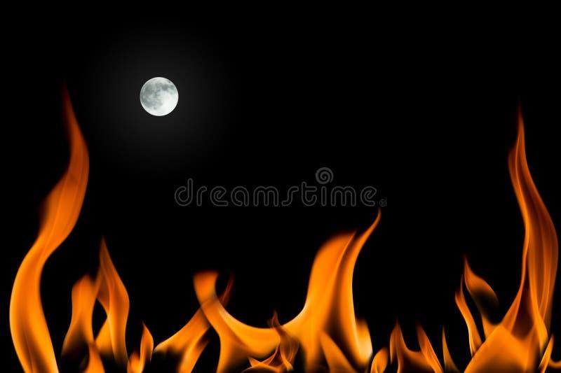 Flamme d'incendie et pleine lune d'isolement image stock