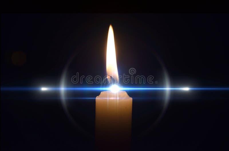 Flamme de bougie abstraite avec le hidglight bleu image libre de droits