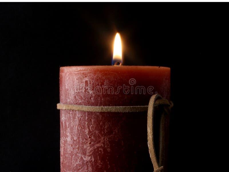 Flamme de bougie avec la courroie en cuir. photographie stock libre de droits