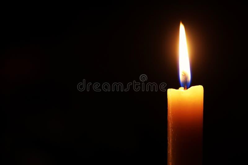 Flamme de bougie sur le noir images libres de droits