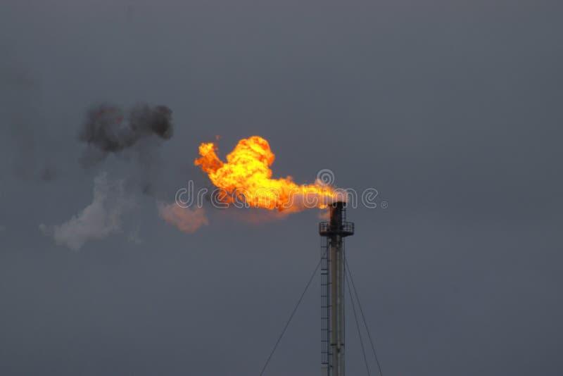 Flamme de fumage d'industrie photo stock