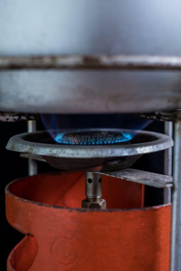 Flamme du feu de vieille cuisinière à gaz orange de pique-nique image libre de droits
