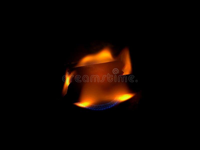 Flamme du feu sur le fond noir photos libres de droits