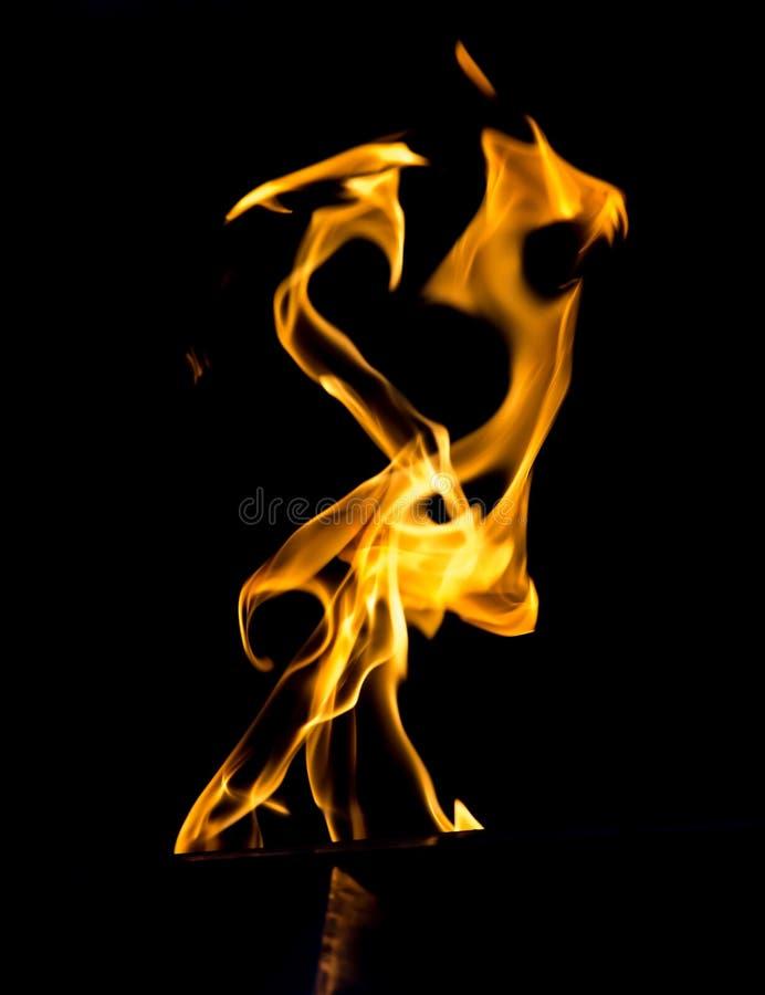 Flamme du feu sur un fond noir photographie stock