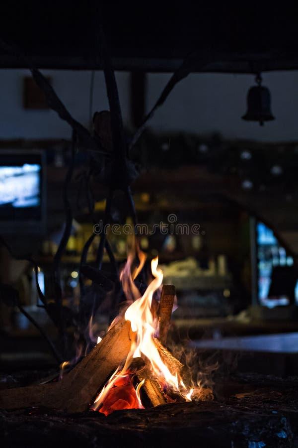 Flamme eines Feuers in einem kolyba Feuer im Restaurant lizenzfreie stockfotos