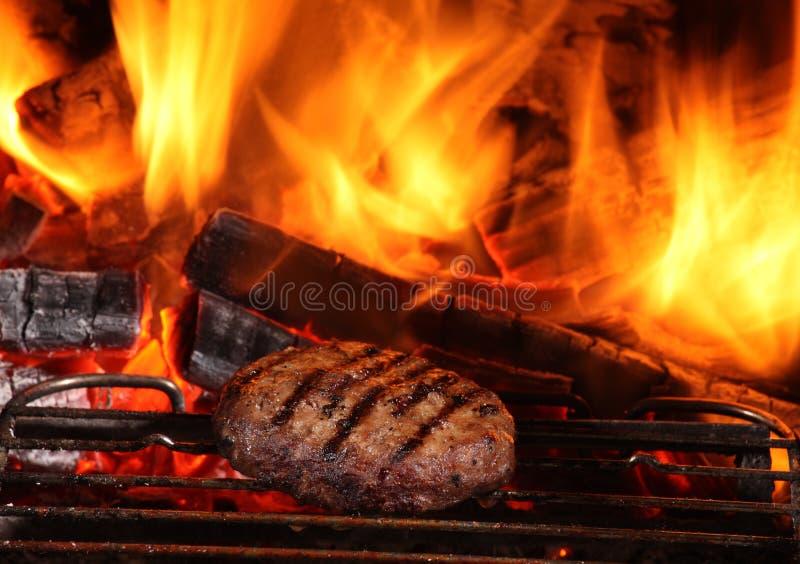 Flamme gegrillter Burger stockbilder