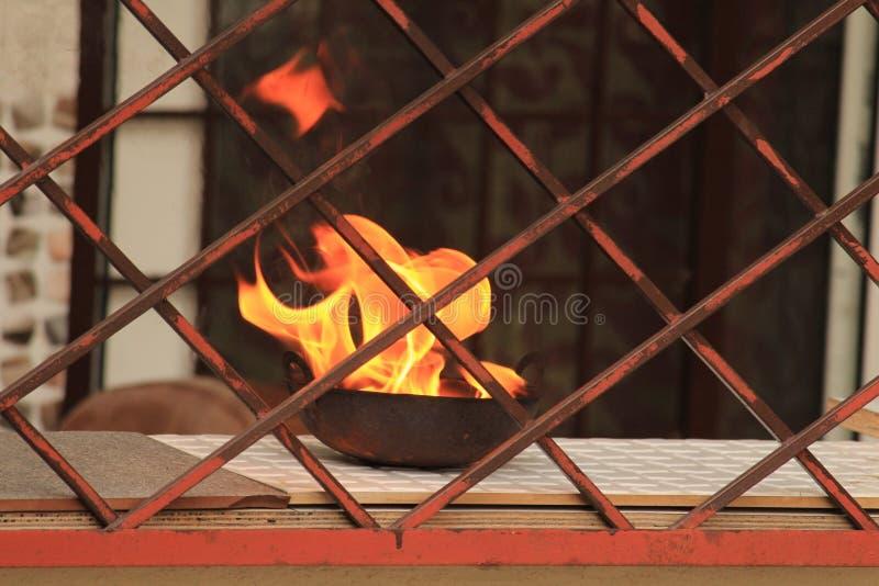 Flamme heraus von einer üblichen Aktion von hindus stockfoto