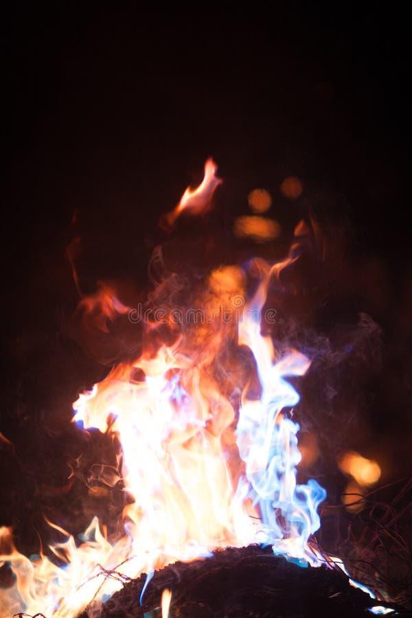 flamme Ouvrez l'incendie Au milieu photos libres de droits