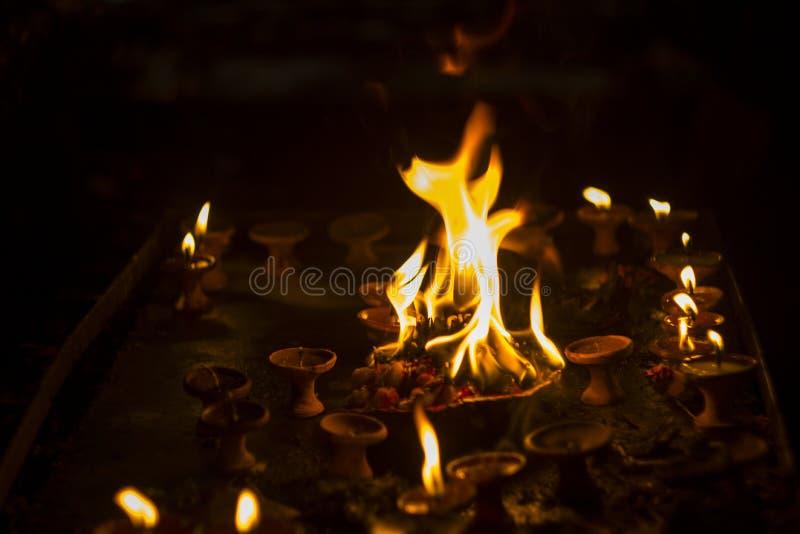 Flamme sacrée sur l'autel dans la période foncée du festival de Diwali images libres de droits