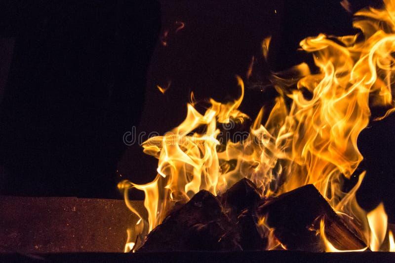 Flammen auf schwarzem Hintergrund stockfotos