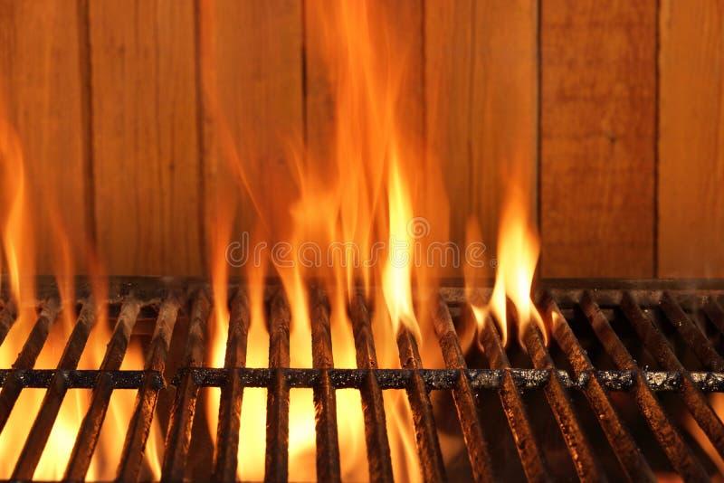 flammen bbq holzkohlen roheisen grill und holz hintergrund stockbild bild von feuer konzept. Black Bedroom Furniture Sets. Home Design Ideas