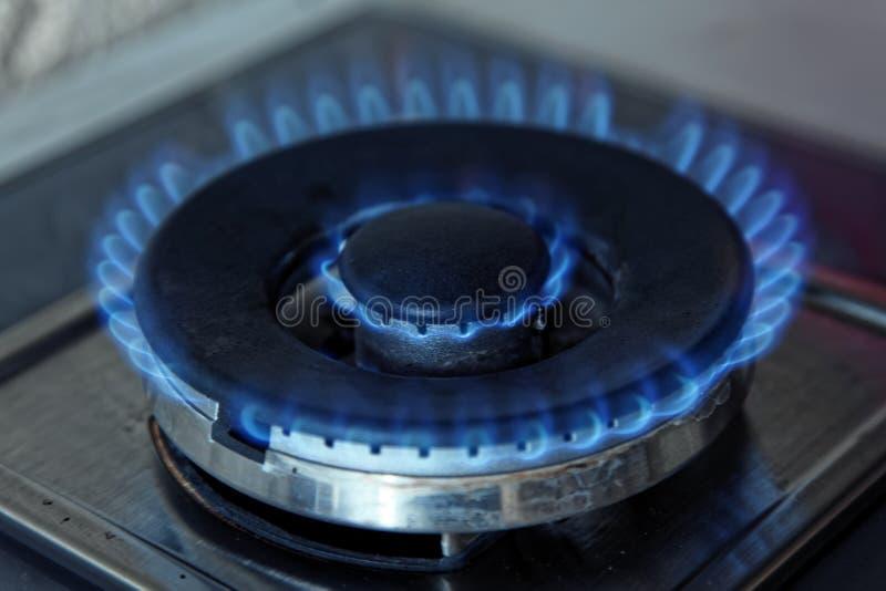 Flammen des blauen Gases Schließen Sie herauf brennenden Feuerring von einem Küchengasherd lizenzfreie stockfotos
