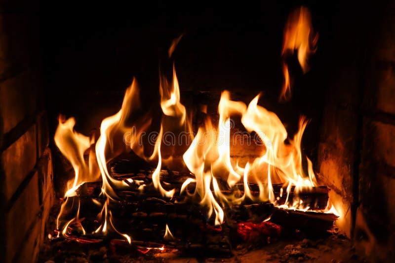 Flammen des Feuers auf einem schwarzen Hintergrund Das Geheimnis des Feuers stockfoto