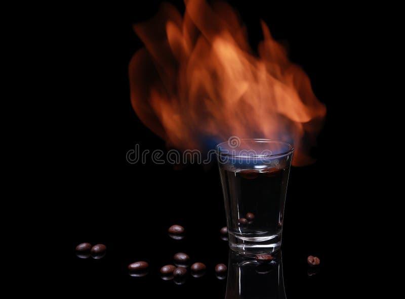 Flammen Sambuca mit Kaffeebohnen stockbilder