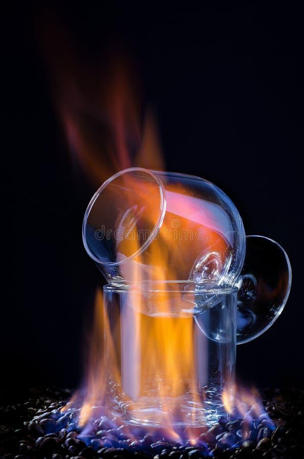 Flammen Sambuca und Kaffeebohnen stockbild