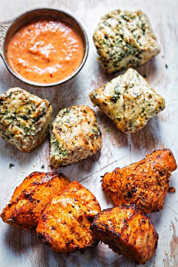 Flammen Sie gegrillte Huhn-tikka Stücke mit Currybad stockfoto