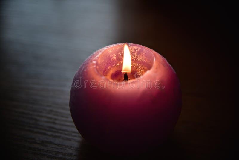 Download Flammen Sie Kerzen, Eine Kerze Auf Einer Tabelle Stockbild - Bild von meditation, gesund: 106801717