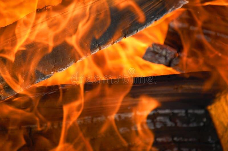 Flammen und Protokolle stockbilder