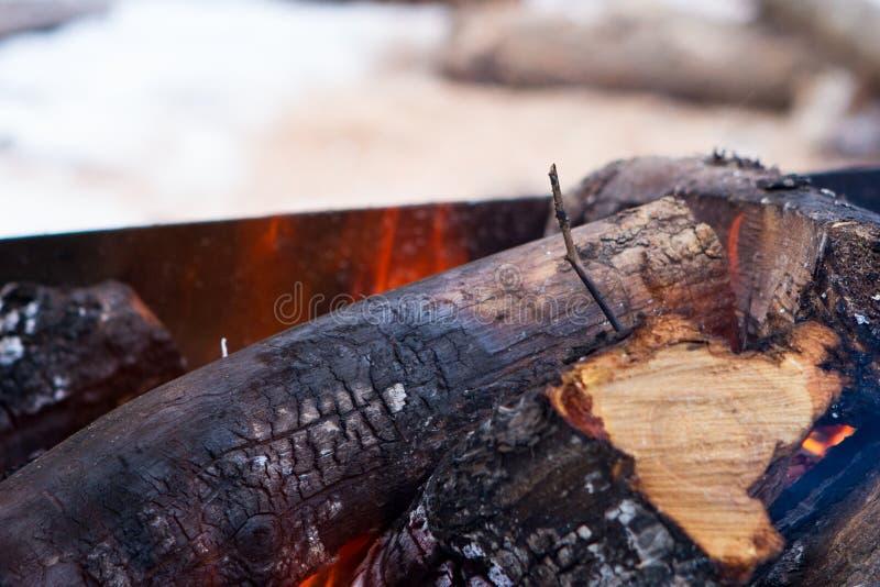 Flammen und Rauch von brennendem Holz stockfotos