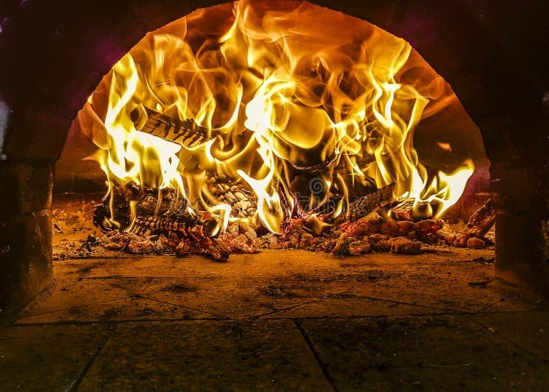 Flammes à l'intérieur du four brûlant en bois de pizza photos libres de droits