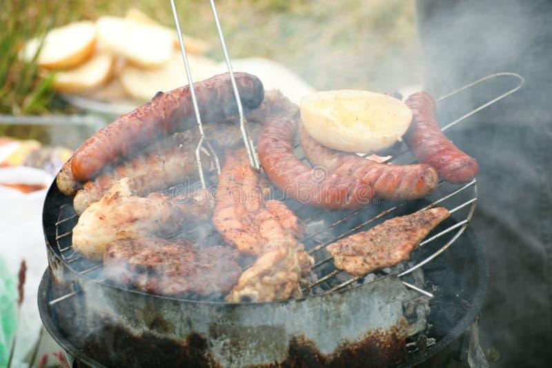 Flammes d'incendie de feu de camp de feu grillant le BBQ de bifteck image stock