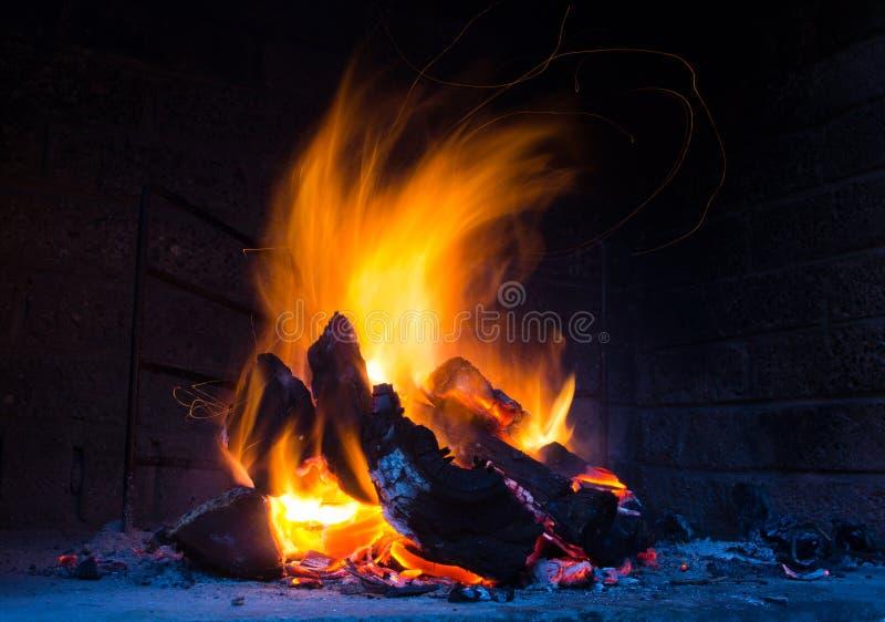Flammes dans l'endroit du feu photos libres de droits